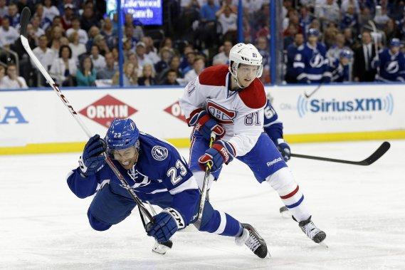 Lars Eller, du Canadien, accroche l'attaquant du Lightning J.T. Brown. ()