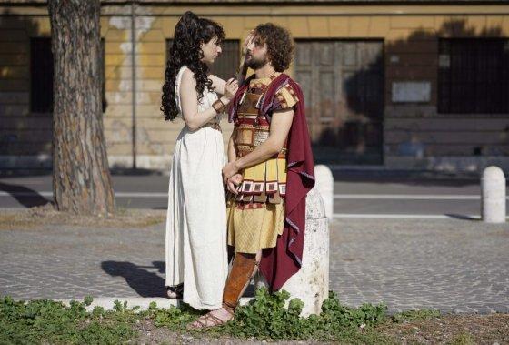 Un couple et leurs habits traditionnels. (Photo AP)