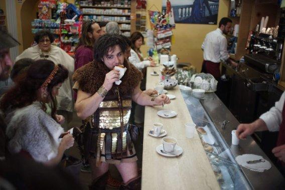 Petit anachronisme dans un café romain... (Photo AP)