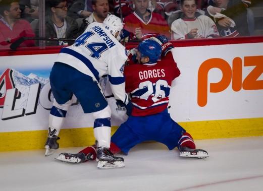 Josh Gorges plie les genoux face à Nate Thompson. (André Pichette, La Presse)