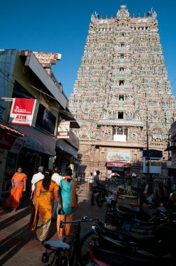Les rues ceinturant le temple Mînâkshî sont piétonnières. Sur la photo apparait la tour ouest. Elle compte 1124 sculptures et culmine a 47 mètres. Elle a été construite au 14e siècle. (Photo Marie-Soleil Desautels, La Presse)