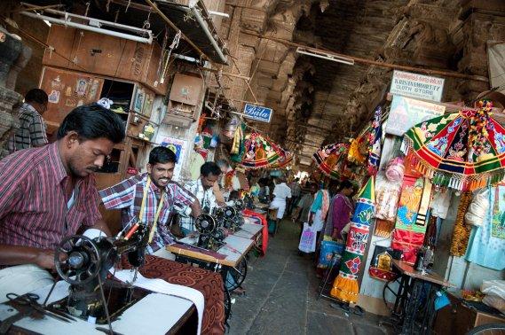 Tailleurs et vendeurs de pacotilles se partagent l'espace du Pudhu Mandapa, une salle à colonnes datant du 16e siècle et faisant partie du complexe du temple Mînâkshî.. Leurs échoppes cachent bon nombre de sculptures. (Photo Marie-Soleil Desautels, La Presse)
