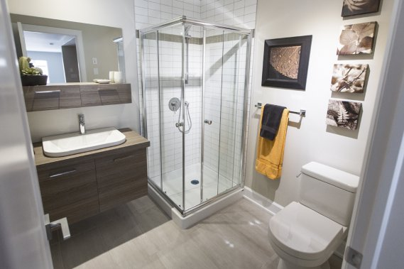 La mezzanine comporte une salle de bains avec une douche. (Photo Olivier Pontbriand, La Presse)