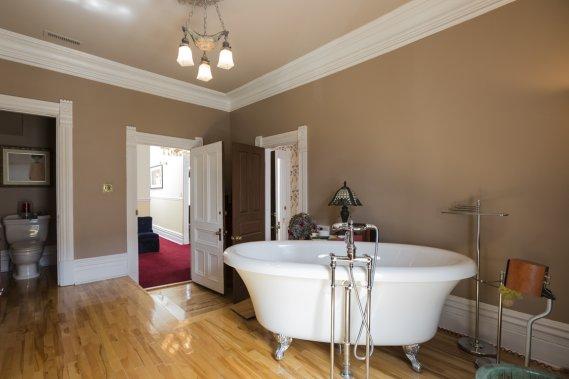 Le fils a laissé sa chambre devenir la salle de bains des parents : il a migré ailleurs à l'étage, puis dans ses quartiers au sous-sol. Le plancher a été surélevé pour faire passer la tuyauterie et ainsi conserver les moulures du plafond en l'état. (PHOTO EDOUARD PLANTE-FRÉCHETTE LA PRESSE)