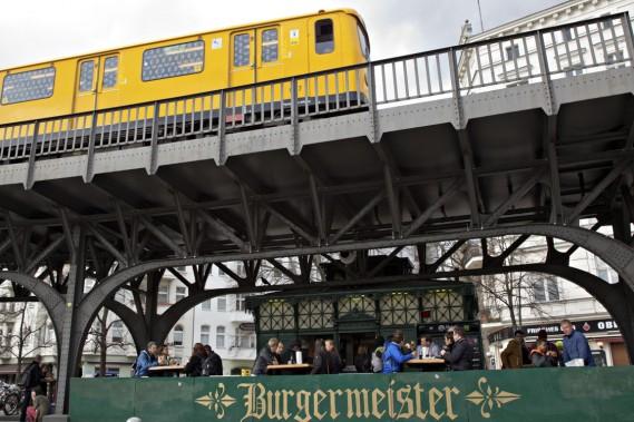 Accoudés à six tables en bois vissées dans le trottoir, des Berlinois branchés de tous âges engouffrent burgers et frites à la sauce fromage et chili en sirotant une bière locale. (Photo Olivier Jean, La Presse)