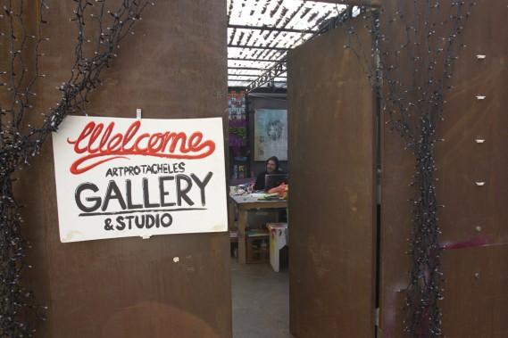 La mini galerie de l'artiste Clava est située dans un conteneur à déchets au beau milieu de la cour d'une auberge de jeunesse. (Photo Olivier Jean, La Presse)