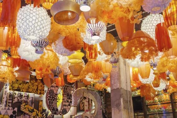 La salle à manger du Generator est ornée de 300 lampes de papier oranges et blanches. (Photo fournie par The Generator)