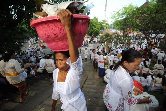 En voyage en Indonésie, il faut absolument assister à une célébration, sur n'importe laquelle des îles. Déstabilisant. (Photo Sonny Tumbelaka, AFP)