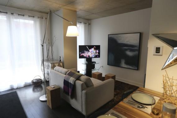 Trois maisons en rangée de deux étages, avec leur propre entrée rue Saint-Dominique, ont été intégrées dans la nouvelle section. La cuisine est ouverte sur le salon. (Photo Martin Chamberland, La Presse)