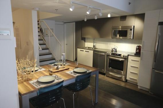 La cuisine se trouve au rez-de-chaussée de la maison en rangée. (Photo Martin Chamberland, La Presse)