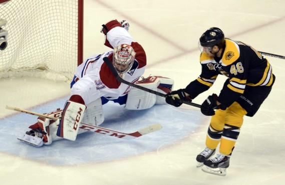 David Krejci tente de marquer pour les Bruins. (Photo Bernard Brault, La Presse)