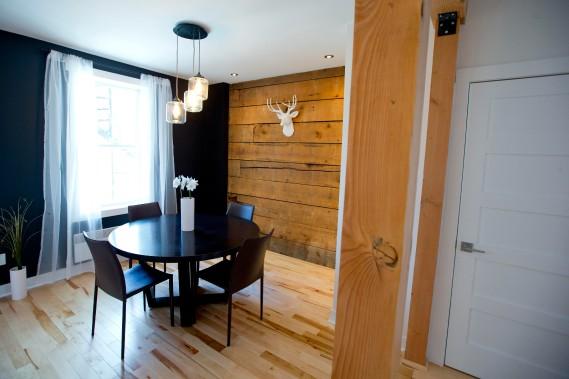 Ce splendide mur en pruche ajoute aux charmes rustiques de la maison. (Photo Alain Roberge, La Presse)