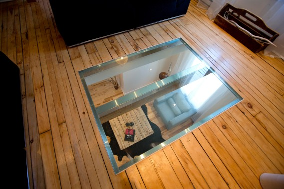 Placé devant les deux fenêtres avant, un plateau de verre de 5 pi sur 4 pi forme un puits de lumière entre le rez-de-chaussée et le deuxième niveau. (Photo Alain Roberge, La Presse)