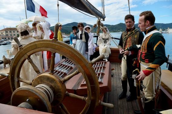 Dès le matin, élégantes en robes Empire, hommes portant redingote et bicorne, soldats en uniforme parcouraient les rues de Portoferraio, le port principal de l'île. (AFP)