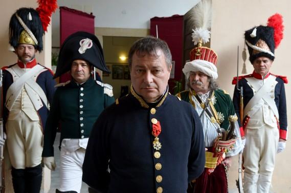 Pour Roberto Colla, 59 ans, originaire de Parme (centre) et l'un des quatre «Napoléon» officiels, l'important pour incarner un «bon» empereur, est d'être «humble», même s'il avoue avoir «copié» celui qu'il considère comme «le plus grand» d'entre eux, Rod Steiger («Waterloo» de Sergueï Bondartchouk, 1970). (AFP)