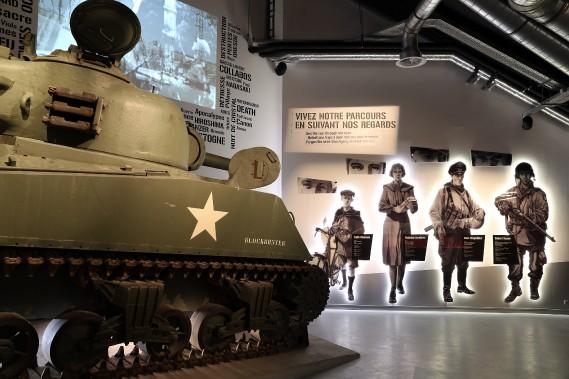 Lancée le 16 décembre 1944, elle surprend l'armée américaine déployée dans le massif ardennais. Commandés notamment par le général George Patton, les Américains réussissent cependant à défendre la ville de Bastogne et à reprendre l'avantage malgré de lourdes pertes et des conditions très difficiles avec le froid et la neige. Au début février 1945, les Allemands refluent en désordre, ouvrant la voie à l'invasion de l'Allemagne par les Américains. (Photo fournie par le Bastogne War Museum)