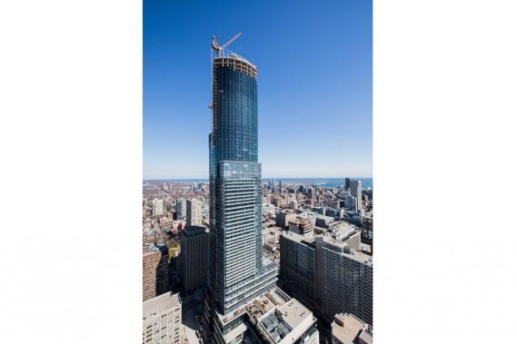 La construction de la tour Aura at College Park n'est pas terminée, mais des commerces ont quand même commencé à accueillir des clients à l'automne 2012. (PHOTO ÉDOUARD PLANTE-FRÉCHETTE LA PRESSE)