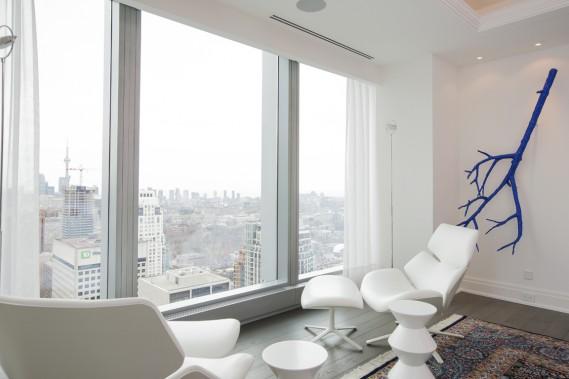 Un coin du salon a été aménagé pour admirer a vue en tout confort. (Photo Edouard Plante-Fréchette, La Presse)