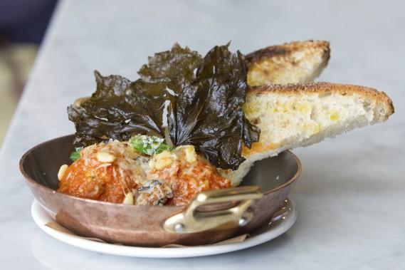 Au menu du Bar Buca, les petites assiettes (comme cette assiette de polpette di capra, de chèvre, de ricotta et de noix de pin) se suivent et ne se ressemblent pas. (Photo Edouard Plante-Fréchette, La Presse)