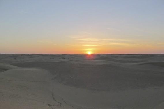 Un spectacle à ne pas manquer: admirer le soleil qui disparaît derrière les dunes de sable. Il ne faut qu'une vingtaine de minutes à partir de Tozeur pour pouvoir contempler un tel paysage. (Photo Nathaëlle Morissette, La Presse)