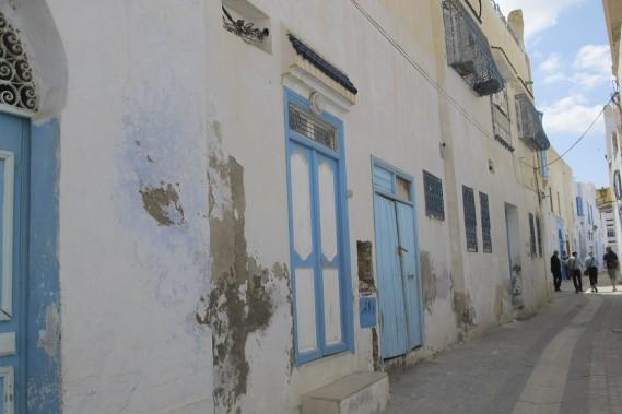 On aurait pu aisément surnommer Kairouan la ville aux portes bleues. (Photo Nathaëlle Morissette, La Presse)