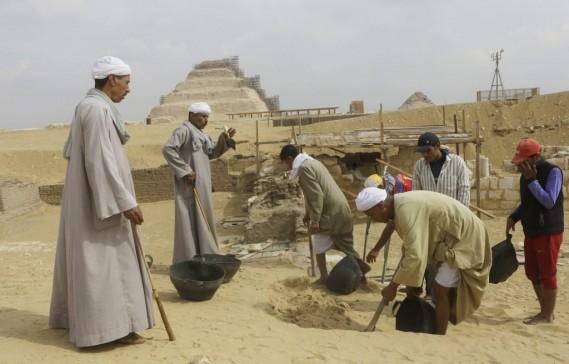 La première tombe, en calcaire et datant de la fin de la période ramesside, est celle de Paser, chef des archives militaires et émissaire du pharaon à l'étranger, a expliqué aux journalistes la chef de la mission Ola El-Aguizy. (Associated Press)