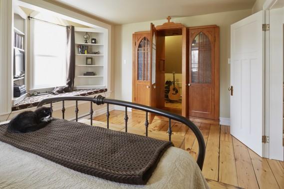 En créant un portique à l'avant de la maison, on a pu réaliser un romantique bord de fenêtre avec une banquette. Le confort moderne s'incarne ici par un vestiaire auquel on accède par la porte du... confessionnal ! Les pécheurs ont fait place à des espaces supplémentaires de rangement. (PHOTO ULYSSE LEMERISE, COLLABORATION SPÉCIALE)