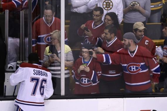 Des admirateurs prennent en photo P.K. Subban lors de la période d'échauffement d'avant-match. (Photo Bernard Brault, La Presse)