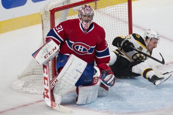 Carey Price arrête les rondelles, mais laisse passer les joueurs des Bruins. (PHOTO ROBERT SKINNER, LA PRESSE)