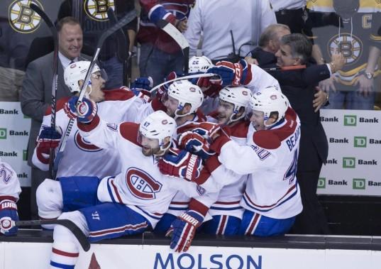 Les Canadiens célèbrent leur victoire. (André Pichette, La Presse)