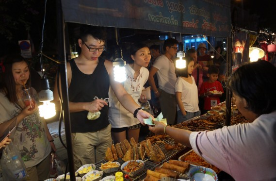 Les stands de grillades sont partout en Thaïlande. Un savoureux moyen de réduire les coûts de voyage... (Photo Apichart Weerawong, AP)