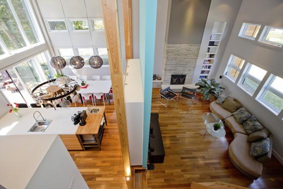 De son bureau situé sur une mezzanine, le proprio embrasse du regard les pièces à vivre qui ont été totalement repensées. Les nouvelles hauteurs de plafond atteignent jusqu'à 17 pieds. (PHOTO  DAVID BOILY, LA PRESSE)
