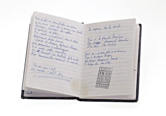 «C'est un honneur d'être un maillon de l'histoire de la musique du Québec», dit Sébastien Fréchette, alias Biz, de Loco Locass, qui a prêté un manuscrit de la chanson Les géants. «De l'autre côté de la page de ce petit carnet, il y a un couplet de Libérez-nous des libéraux. On peut donc exposer les deux chansons.» (Photo fournie par le musée McCord)