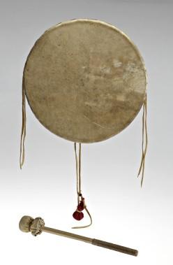 Le rappeur autochtone a prêté un tambour huron-wendat acquis d'une artiste de Wendake, en 2009. Le tambour est fait d'un cylindre de bois tourné et de deux peaux de chevreuil. «C'est une pièce d'art, dit Samian. Je l'utilise pour la scène, en tournée et pour le studio, car le tambour a un son particulier.» Le chanteur est honoré de faire partie de cette exposition. (Photo fournie par le musée McCord)