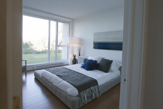 La chambre, inondée de lumière, comprend une penderie de style walk-in. (Photo Olivier Jean, La Presse)