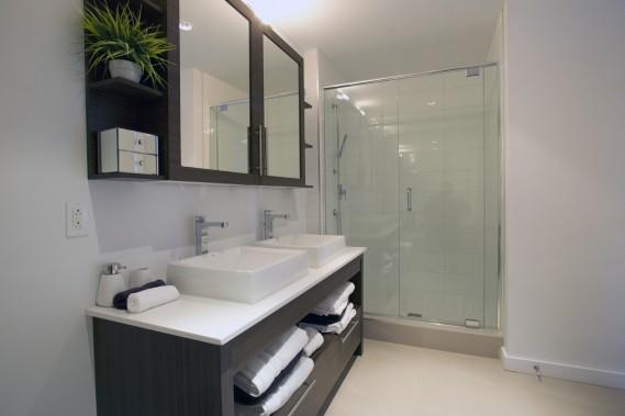 Dans la salle de bain, dotée de deux lavabos, la douche est séparée de la baignoire. (Photo Olivier Jean, La Presse)