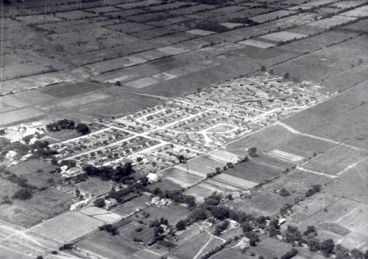 Vue aérienne de la coopérative, en construction au milieu d'une zone agricole, en 1958, au nord de la rue Jarry et à l'est du boulevard Lacordaire. (Photo fournie par la Bibliothèque de Saint-Léonard)