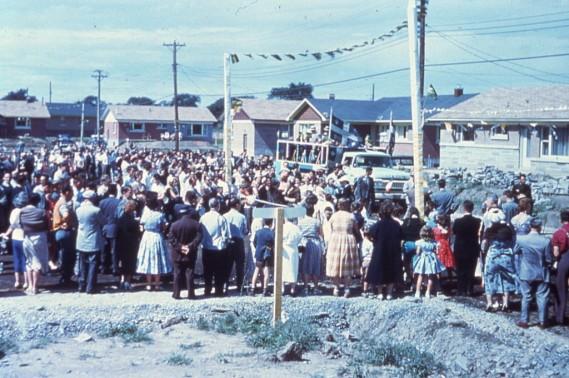 Le 9 juillet 1957, bénédiction de la centième maison par Mgr Touchette et ouverture des rues des Artisans, Place Desjardins et Place René-Paré, le tout terminé par une fête dans la cour d'école. (Photo fournie par la Bibliothèque de Saint-Léonard)