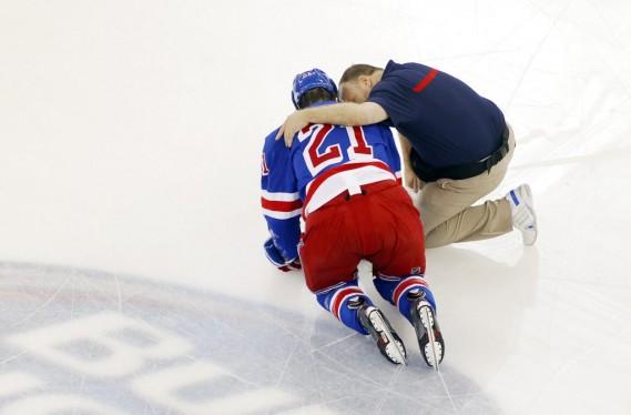 Derek Stepan a reçu un sale coup de la part de Brandon Prust, en première période. (Photo USA TODAY Sports)