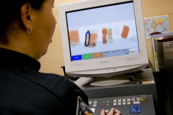 Certains paquets suspects sont scrutés aux rayons X, que ce soit par les agents du «ciblage» ou par ceux du courrier prioritaire ou recommandé – où arrivent la majorité des médicaments contrefaits. Même dissimulés dans des vêtements ou des documents, les comprimés se profilent vite à l'écran. (Photo David Boily, La Presse)