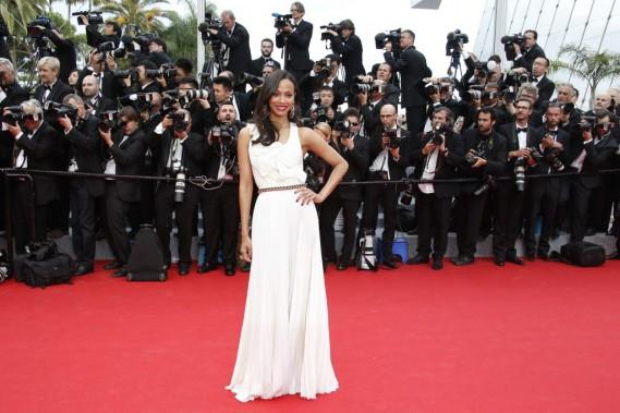 Les flashs des photographes ont crépité au passage de l'actrice Zoe Saldana, habillée par Victoria Beckham. (Photo VALERY HACHE, AFP)