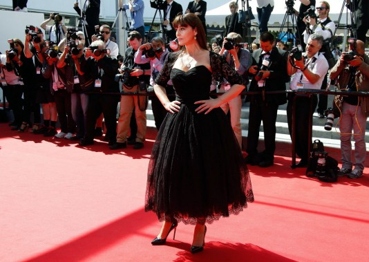 Monica Bellucci, tellement sicilienne dans une robe bustier noire Dolce&Gabanna. (Photo VALERY HACHE, AFP)