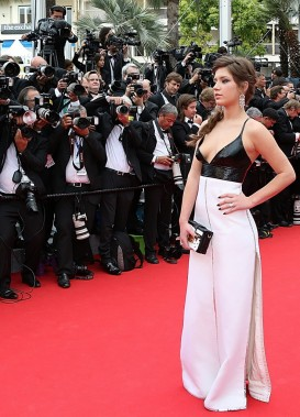 Dans un tout autre genre, à la fois rétro et moderne, Adèle Exarchopoulos a opté pour une robe Louis Vuitton faite d'une brassière à fines bretelles en cuir verni et d'une longue jupe droite blanche avec une fine bande argentée dans sa longueur. (Photo LOIC VENANCE, AFP)