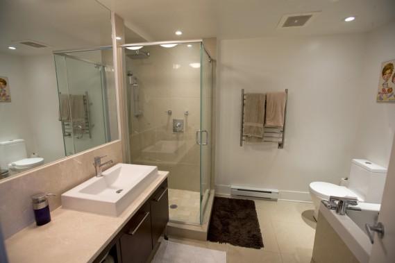 Dans la salle de bains de facture très contemporaine, on a non seulement eu la bonne idée de séparer douche et baignoire, mais aussi de la doter d´un très grand miroir afin d´agrandir visuellement la pièce qui ne comporte pas de fenêtre. (Photo Alain Roberge, La Presse)