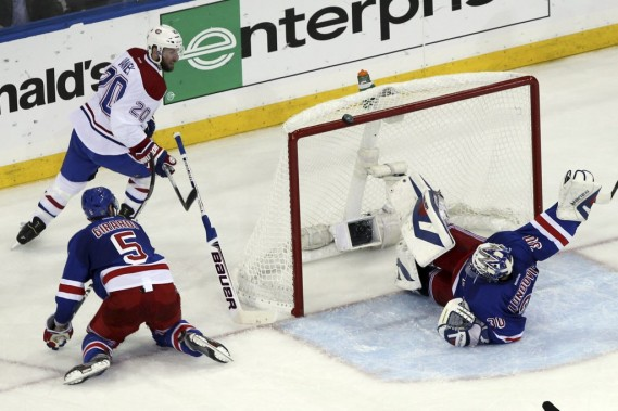 Henrik Lundqvist effectue un arrêt impressionnant. (Photo USA Today Sports)