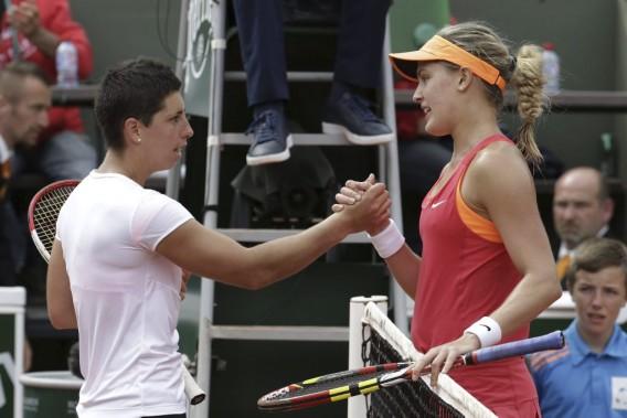 Eugenie Bouchard reçoit les félicitations de l'Espagnole Carla Suarez Navarro. (Photo Kenzo Tribouillard, AFP)
