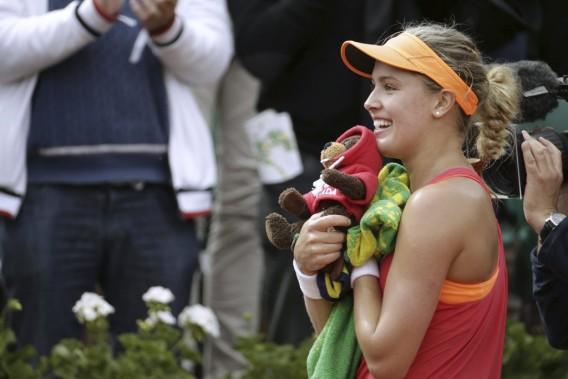 Eugenie Bouchard a reçu un castor en peluche après sa victoire. (Photo Kenzo Tribouillard, AFP)