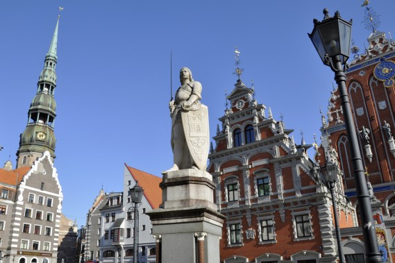 Une statue du chevalier Roland veille sur Ratslaukums. (Photo Stéphanie Morin, La Presse)