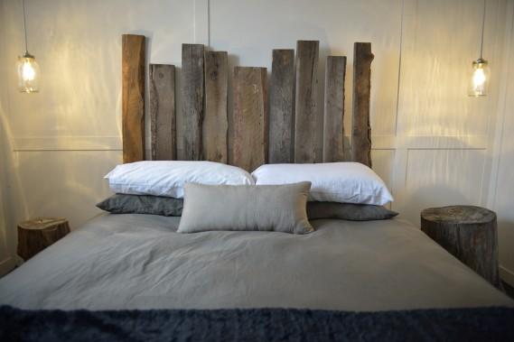 Du bois de grange a été utilisé pour confectionner les têtes de lit. (Photo Yan Doublet, Le Soleil)