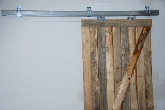 Avec l'aide du père de Catherine Trudel, qui est ébéniste, des portes ont été fabriquées à partir de simple bois de palette. (Photo Yan Doublet, Le Soleil)
